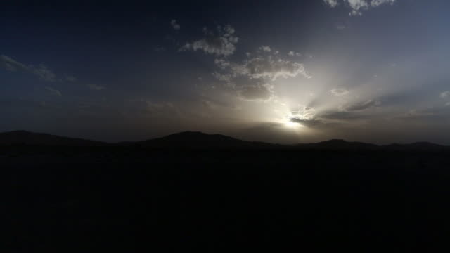 stockvideo's en b-roll-footage met moroccan sun low over silohuetted mountains - wiese
