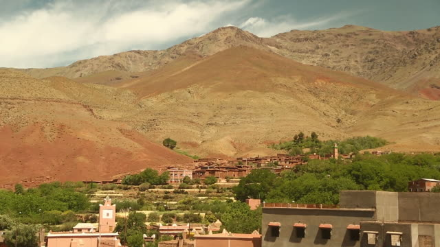 moroccan tilt to town on edge of sahara - wiese stock videos & royalty-free footage