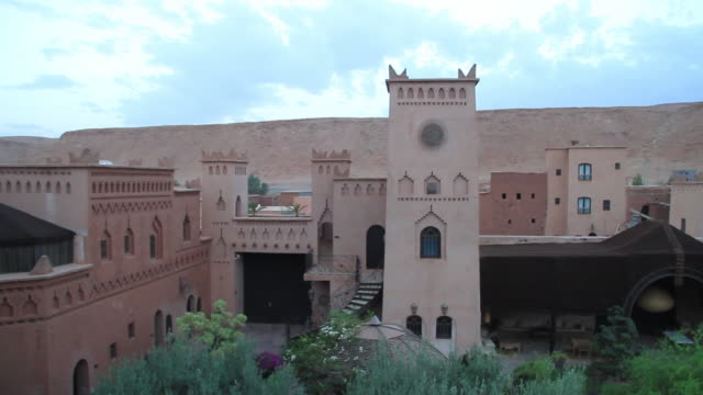 moroccan town courtyard - wiese stock videos & royalty-free footage
