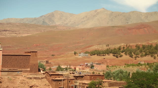 moroccan town on edge of sahara w tilt - wiese stock videos & royalty-free footage