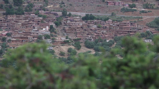 stockvideo's en b-roll-footage met moroccan village high shot pan l - wiese