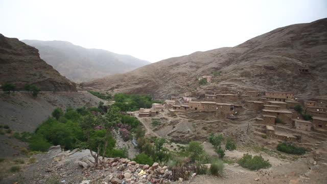 moroccan wide village pan r - wiese stock videos & royalty-free footage