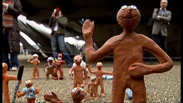 vídeos de stock, filmes e b-roll de morph flash mob tribute to tony hart morph held up to camera / back views morph models / more of morphs - tony hart