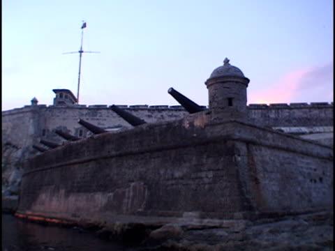 vídeos de stock e filmes b-roll de ms, morro castle at sunset, havana, cuba - estilo do século 16