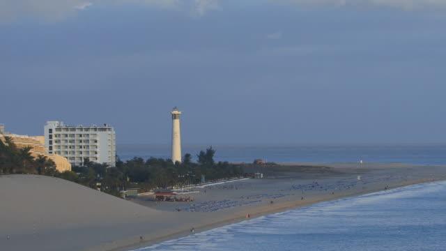 vídeos de stock e filmes b-roll de ha, ws, zo, morro jable beach at dusk / fuerteventura, canary islands, spain - fan palm tree