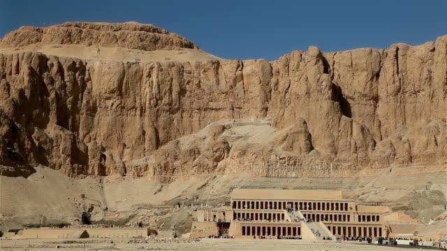 mortuary temple of hatshepsut near luxor, egypt - tempio di hatshepsut video stock e b–roll