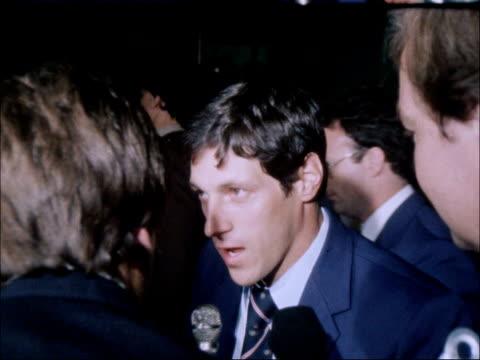 vídeos de stock, filmes e b-roll de moscow 1980 olympic games: british athletes return home; various unidentified british olympic athletes pushing luggage through airport vox pops allan... - sebastian coe