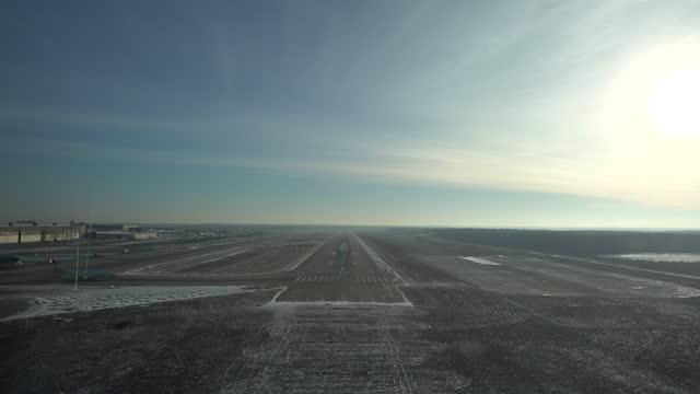 vídeos de stock e filmes b-roll de moscow domodedovo approach and landing wintertime - rx