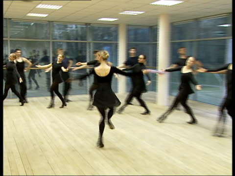 vidéos et rushes de gzhel dance academy performers training russia moscow int general views of male and female pupils of the gzhel dance academy being trained in... - enseignante