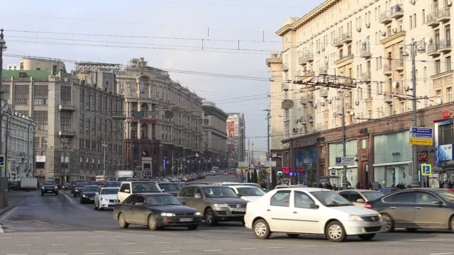 vídeos de stock, filmes e b-roll de moscow is the capital and largest city of russia with a population of almost 12 million. it sits on the banks of the moscow river and is home to many... - high street