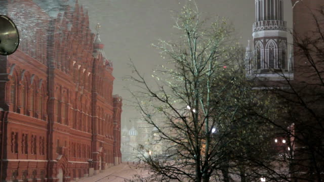 vídeos y material grabado en eventos de stock de moscow kremlin during a snowfall at winter night, russia - plaza roja