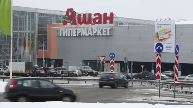 moscow mall, exterior, traffic, signage, supermarket, chain stores moscow mall - interior on february 04, 2013 in moscow, russia - catena di negozi video stock e b–roll
