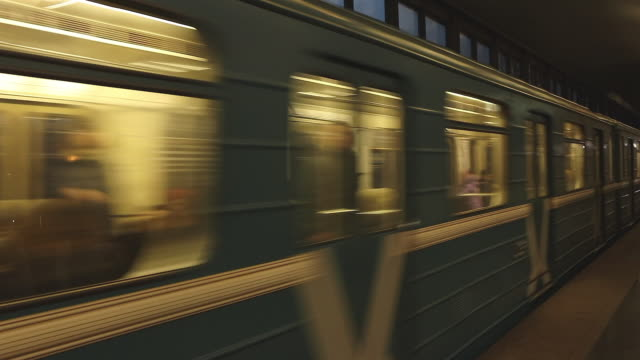 moscow metro train arriveing at station - モスクワ市点の映像素材/bロール