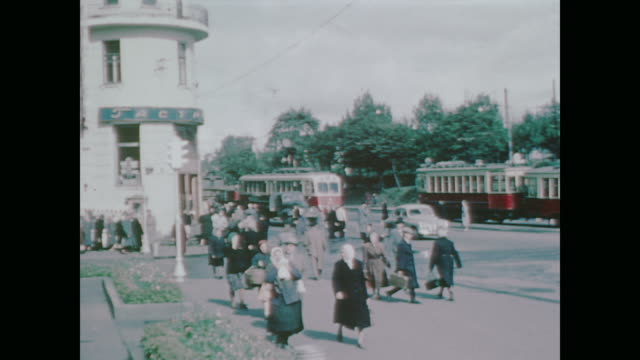 vídeos de stock, filmes e b-roll de 1959 moscow morning street scene with traffic, pedestrians, commuters and onlookers - moscow russia