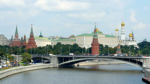 vidéos et rushes de moscow river with tourist boats and kremlin towers/ moscow, russia - moscou