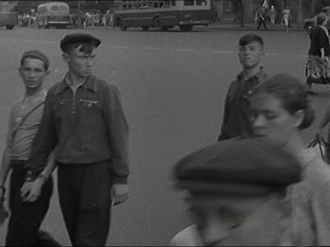 moscow scenes; soviet union : moscow: ext boat along the moskva river passing the kremlin traffic along street police officer directing traffic st... - itv late evening bulletin点の映像素材/bロール