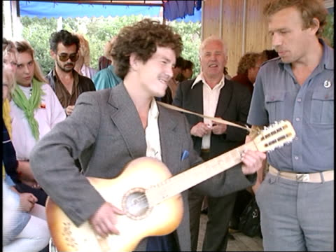 vidéos et rushes de moscow street performer playing guitar and singing in russian - image