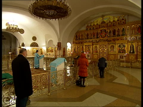 stockvideo's en b-roll-footage met moscow street scenes / cathedral of christ the saviour more of the same including worshippers lighting candles priests taking service sot - gelovige