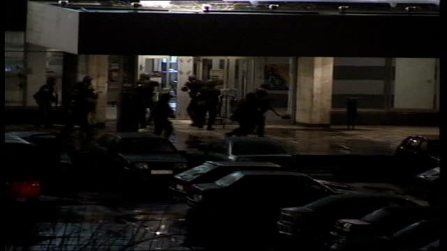 conflict/ crime moscow theatre siege aftermath lib russian special forces storming theatre to sound of gunfire sot - belagerung stock-videos und b-roll-filmmaterial