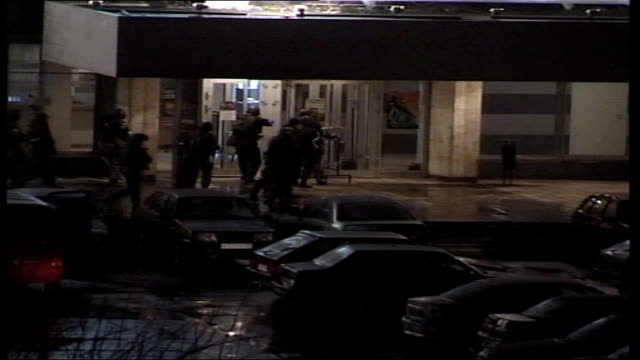 conflict/ crime moscow theatre siege aftermath lib night russian special forces storming theatre to sound of gunfire sot - belagerung stock-videos und b-roll-filmmaterial