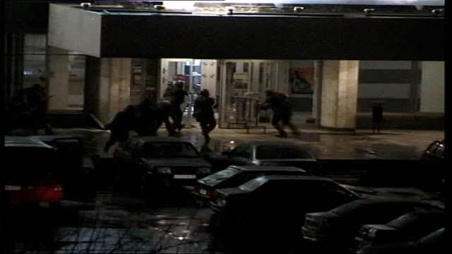 conflict/ crime moscow theatre siege aftermath lib russian soldiers rushing up to door of theatre entering - belagerung stock-videos und b-roll-filmmaterial