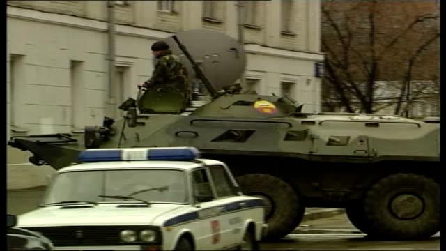 hundreds held by chechen gunmen ext ms russian tank along road mounts pavement p - belagerung stock-videos und b-roll-filmmaterial