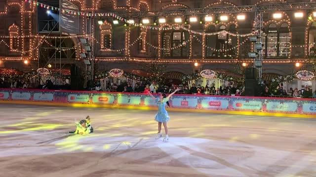 moscow's biggest outdoor rink gum in the red square has opened for the 2020-2021 season as the second wave of coronavirus pandemic has wreaked havoc... - größter stock-videos und b-roll-filmmaterial