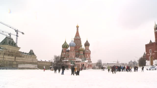 vídeos y material grabado en eventos de stock de moscow's red square covered in snow and with weather sleeting shots of kremlin and st basil's cathedral - plaza roja