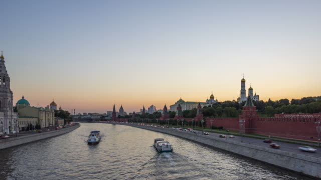 t/l ws pan moscva river and the moscow kremlin from dusk to night / moscow, russia - river moscva stock videos & royalty-free footage