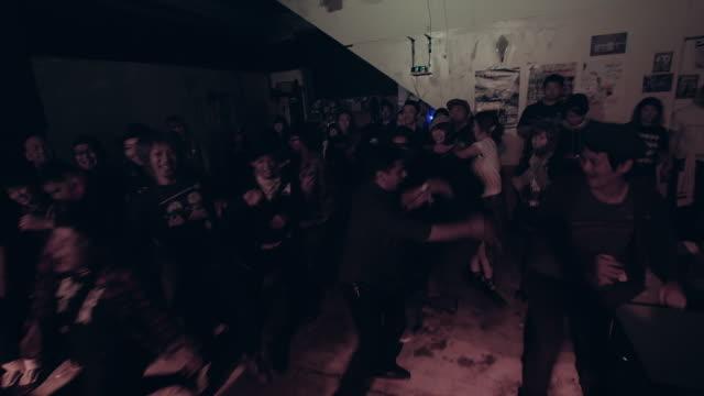 vídeos de stock, filmes e b-roll de mosh pit. - jogando se na multidão