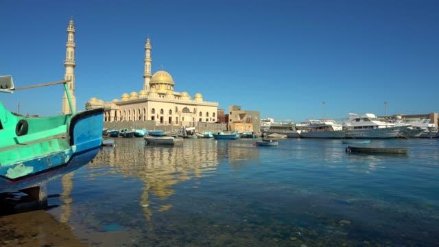moschee und den hafen in hurghada, ägypten - hurghada stock-videos und b-roll-filmmaterial