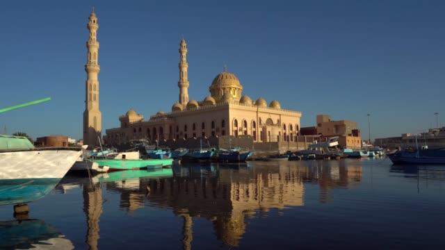 vídeos de stock, filmes e b-roll de mesquita e porto em hurghada, egito - egito