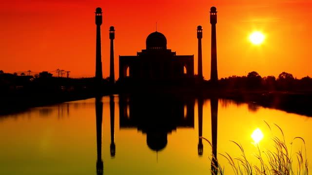 vídeos de stock e filmes b-roll de mesquita ao anoitecer - mesquita
