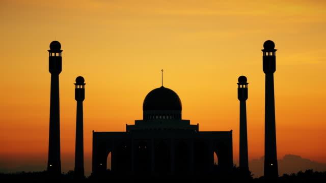 vídeos y material grabado en eventos de stock de mezquita al atardecer - imagen virada