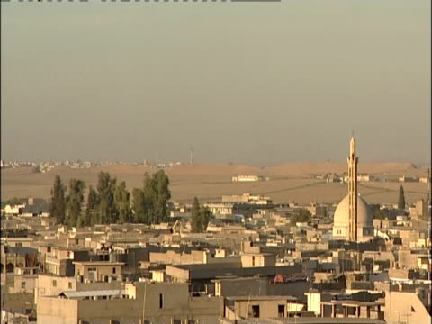 vídeos de stock e filmes b-roll de mosque domes dominate the skyline of mosul, iraq. - iraque
