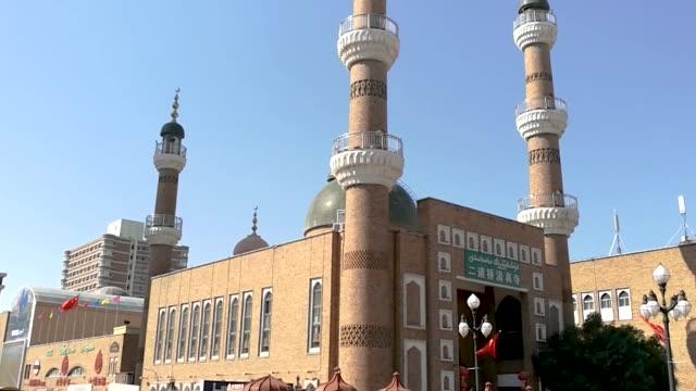 mosque in international bazaari, xinjiang, china - 新疆ウイグル自治区点の映像素材/bロール