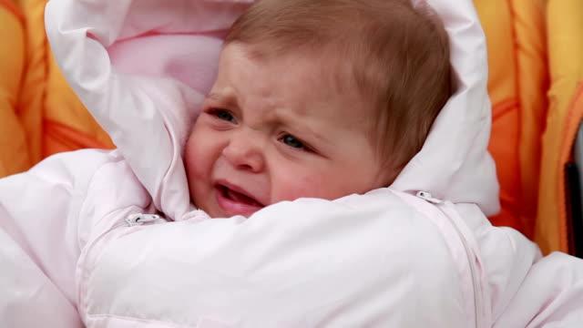 蚊に刺されの赤ちゃん - 虫刺され点の映像素材/bロール
