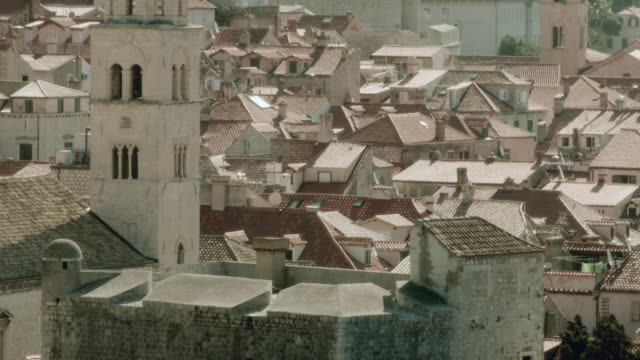 tu moss-covered stone wall and rooftops of a crowded cityscape along the bosphorus coast / istanbul, turkey - surrounding wall stock-videos und b-roll-filmmaterial