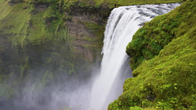 vidéos et rushes de mossy waterfall - cascade
