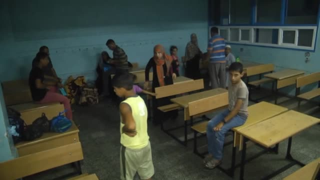 stockvideo's en b-roll-footage met most palestinian refugees fleeing from israeli air strikes have found shelter in a school of unrwa in gaza city gaza on july 13 2014 the total number... - israëlisch leger