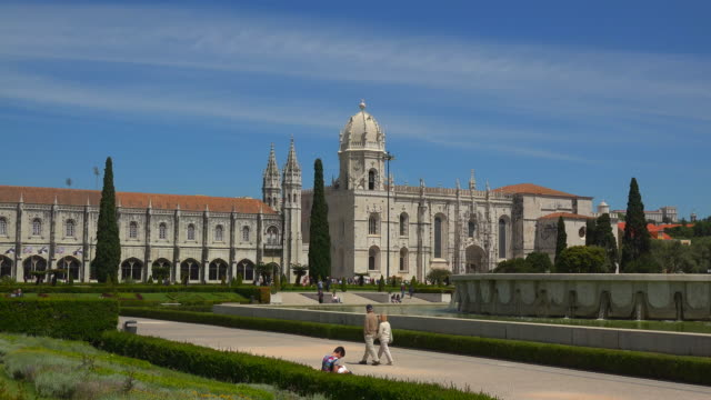 mosteiro dos jeronimos (monastery of the hieronymites), unesco world heritage site, belem, lisbon, portugal - monastero video stock e b–roll
