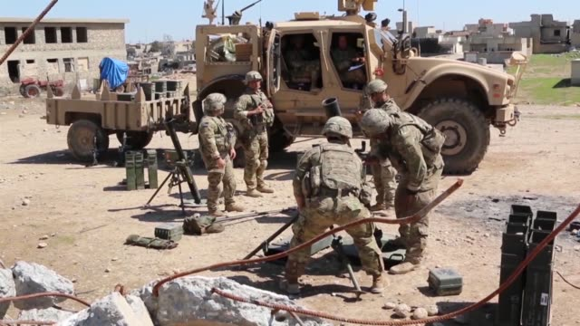 mosul iraq –broll video of paratroopers deployed in support of combined joint task force operation inherent resolve and assigned to 2nd brigade... - 迫撃砲点の映像素材/bロール
