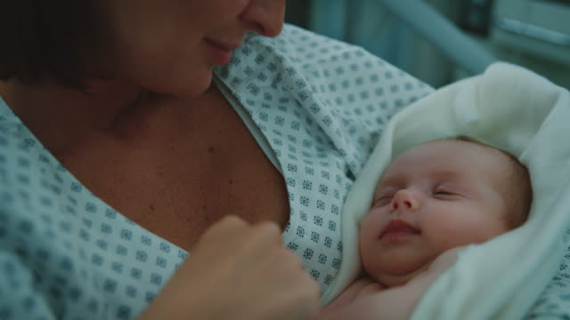 vídeos de stock e filmes b-roll de mother admiring sleeping newborn baby in hospital - fragilidade