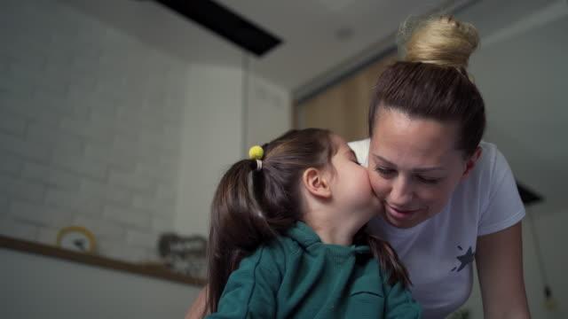 mor och dotter tillbringar morgonen tillsammans - adn bildbanksvideor och videomaterial från bakom kulisserna