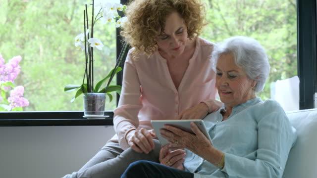 vídeos y material grabado en eventos de stock de madre e hija adulta en tableta - doughter