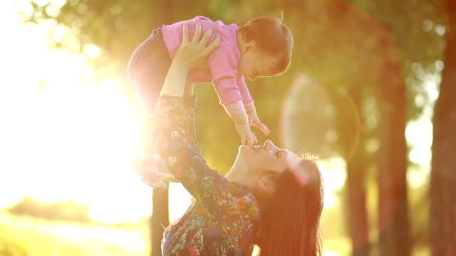 Madre e figlio al tramonto