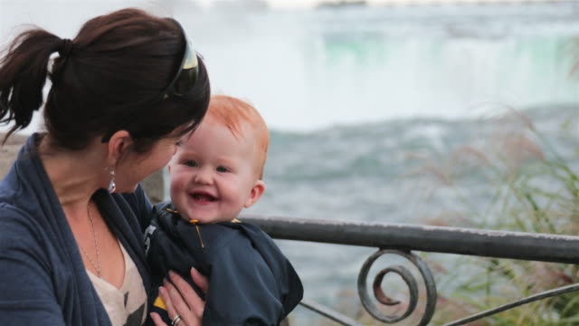 mutter und baby boy an den niagarafällen - fluss niagara river stock-videos und b-roll-filmmaterial