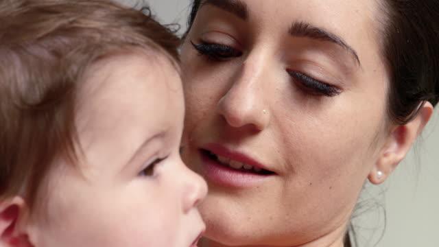 vídeos y material grabado en eventos de stock de mother and baby daughter - 6 11 months