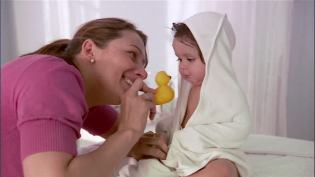 vidéos et rushes de slo mo ms mother and baby girl playing with rubber duck after bath / los angeles, california, usa - 0 11 mois