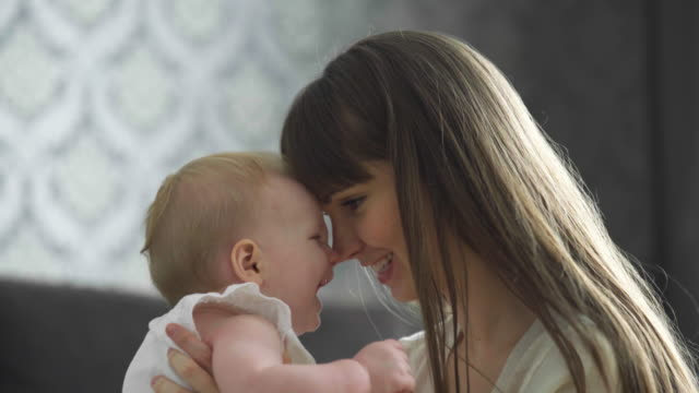 vidéos et rushes de cu mother and baby kissing and hugging - maternelle